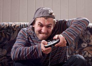 גבר משחק במשחק סוני